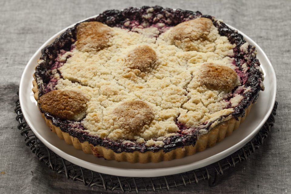 Blackberry cobbler tart
